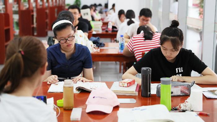 """石家庄开启""""高温""""模式 众多读者排长队来图书馆避暑学习"""