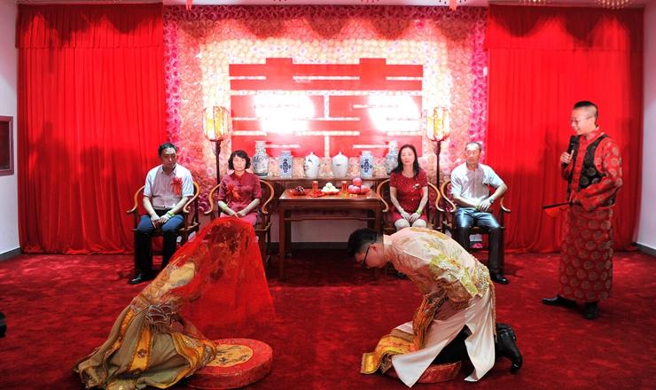 """河北承德:""""新廣州""""青年馬背上成婚 上演傳統滿族婚禮"""