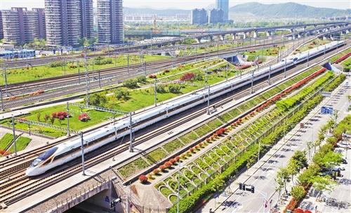 """中国高铁""""十八年""""磨一剑 运行平稳令世界惊叹"""