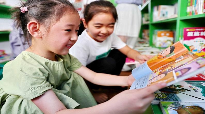 """河北秦皇岛:""""图书漂流车""""让小朋友乐享阅读"""