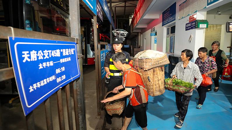 """成都:探访凌晨五点的""""果蔬专线"""" 农户排队坐专车进城卖菜"""