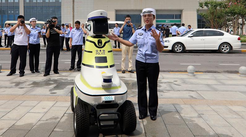 """河北邯郸:""""机器人交警""""上街执勤"""