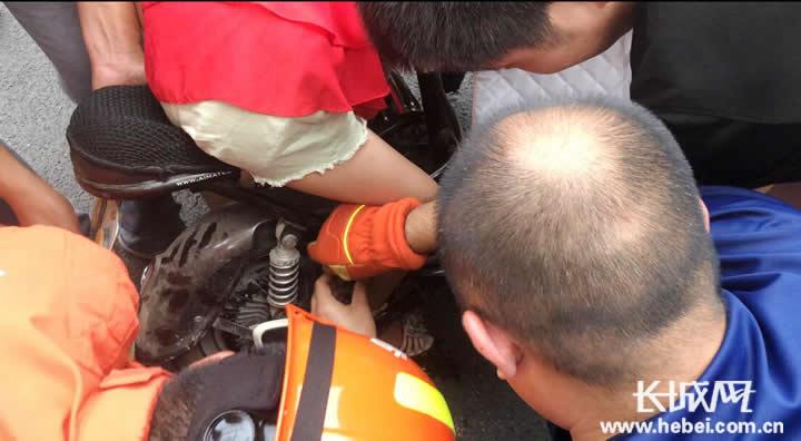 小女孩脚卡电动车缝隙 冀州消防2分钟破拆成功救援