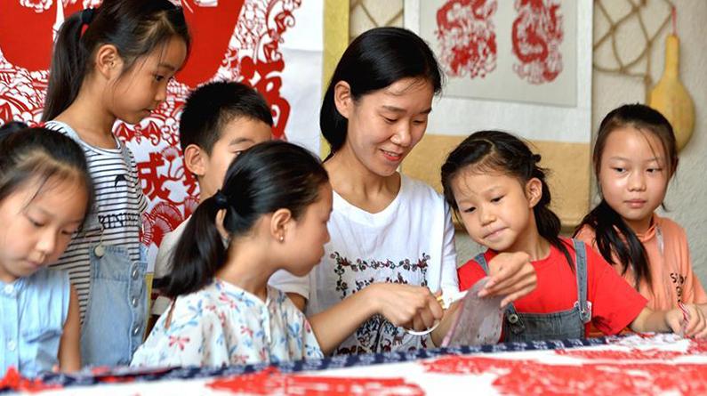 河北磁县:学剪纸过暑假