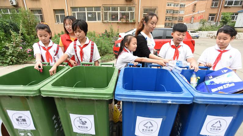 """河北张家口:社区开展""""垃圾分类换绿植""""活动 培养居民垃圾分类习惯"""