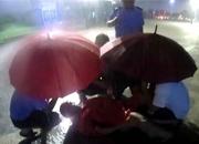 河北铁路民警半跪撑伞施救