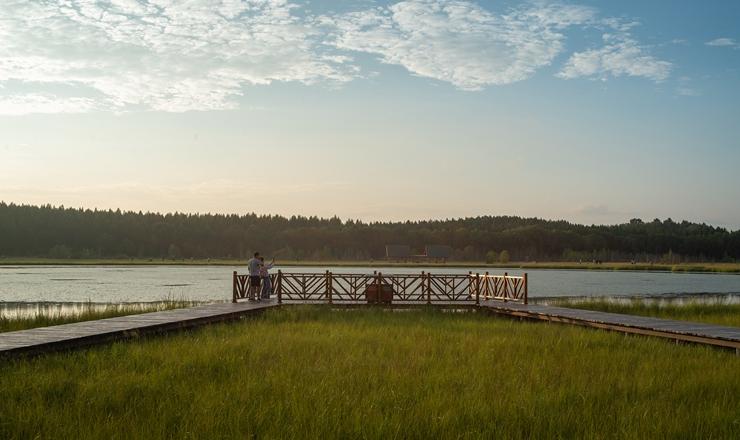 河北承德:塞罕壩七星湖景色迷人 涼爽氣候引游人前來避暑