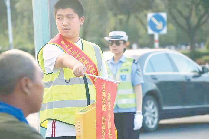 衡水市第十三中学学子暑期实践当起交通志愿者