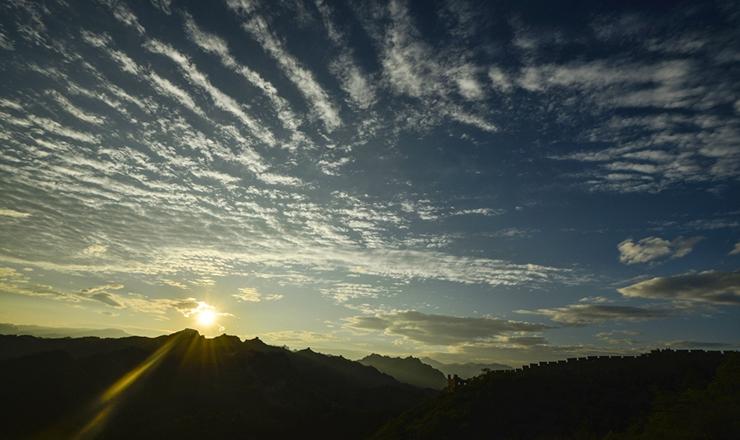河北承德:金山岭长城清晨云层壮观