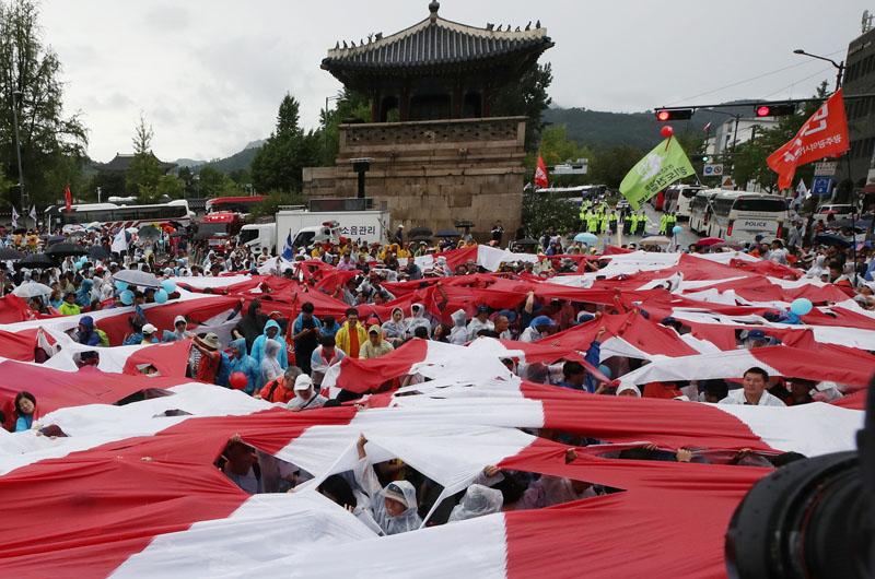 韩超10万人雨中反日