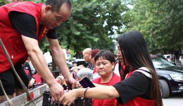 晋州市:全城热买爱心李 志愿服务暖人心