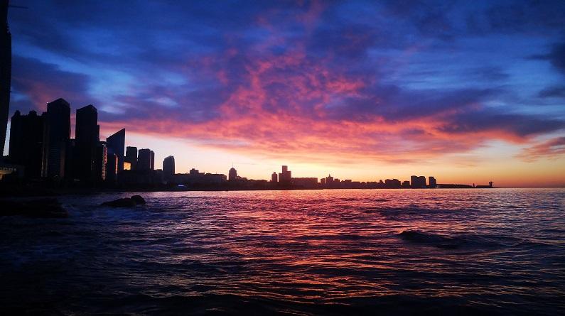 青岛清晨现绚丽朝霞
