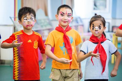 学生体验京剧课 感受传统文化魅力