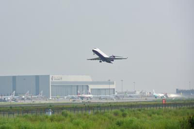 国产ARJ21飞机进行首次高原演示飞行