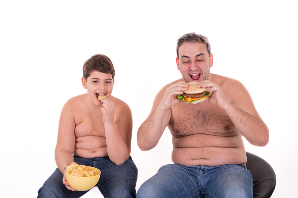 """""""催吐吧""""里减肥的孩子亟须正确引导"""