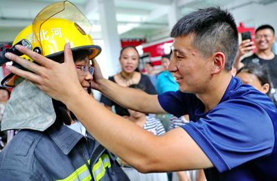 河北秦皇岛:小朋友假日学习消防安全知识