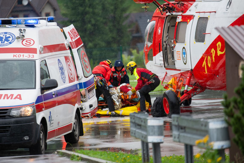 雷电击中游客4人死亡
