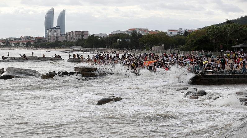 """厦门:台风""""白鹿""""逼近 沿海风力逐渐增大掀起巨浪"""