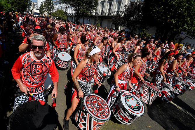 英国诺丁山狂欢节持续举行 民众盛装打扮街头热舞