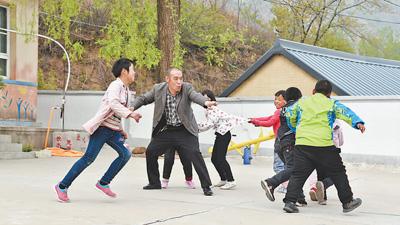 【向上吧河北】21年深山里的坚守!秦皇岛乡村教师白玉国照亮孩子求学梦