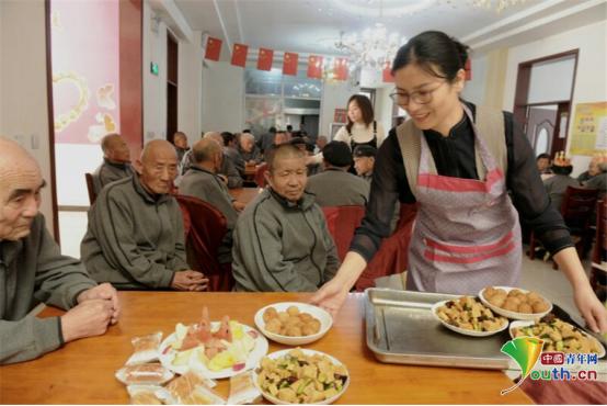 """【向上吧河北】杨瑞美:邢台150多名老人的""""80后家长"""""""