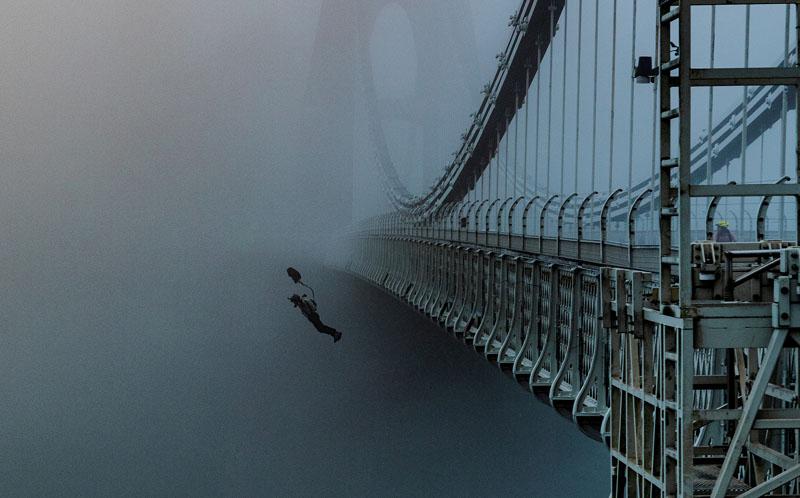 牛人桥上定点跳伞瞬间