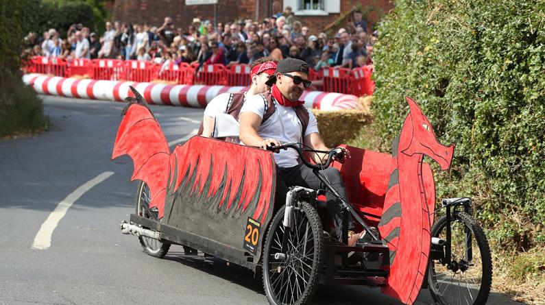 """英国伯克郡举办卡丁车比赛 参赛者演绎""""速度与激情"""""""
