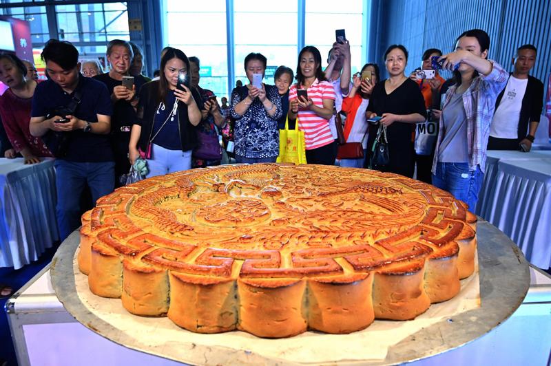 666斤月饼亮相食品博览会
