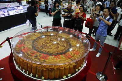 上海:365公斤巨型月饼引市民围观