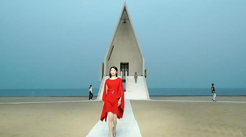 沙滩上的时装秀