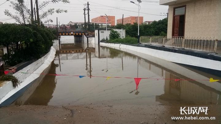 【向上吧河北】真暖!地道桥积水淹车 石家庄快递小哥与村民联手救人