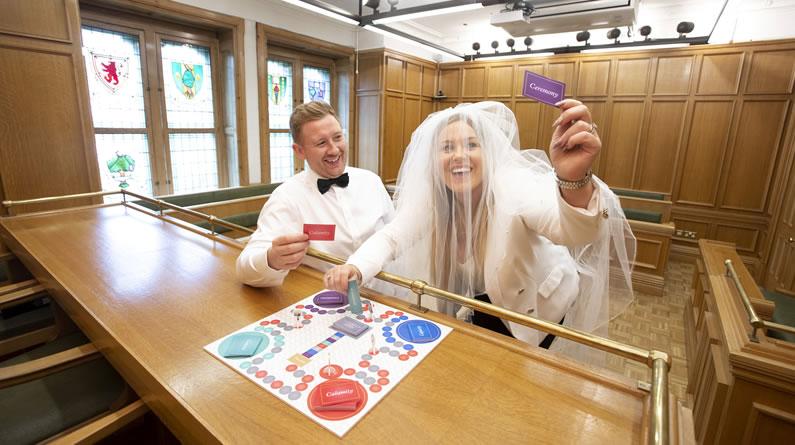 """新婚夫妇体验""""合法结婚""""棋盘游戏 理解婚姻不易"""