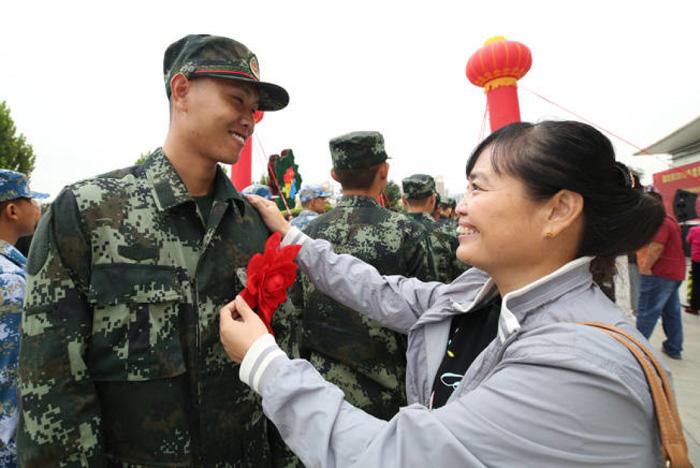 廊坊:1000余名入伍新兵告别亲友投身军营