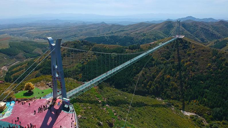 """河北张家口:航拍""""亚洲第一""""大青山玻璃吊桥"""