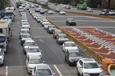 高速公路迎返程车流 ETC车道通行优势明显
