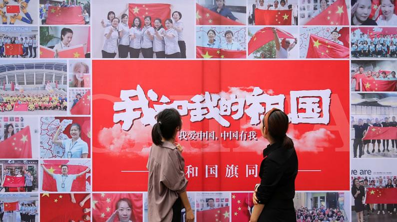 """山东潍坊:""""我和国旗同框"""" 数百名市民与国旗合照亮相街头"""
