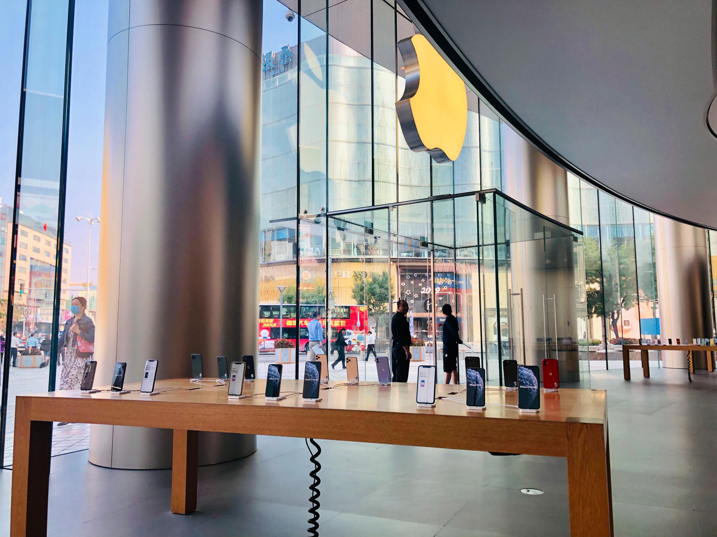 iPhone 11首发:未见排长龙 首位顾客选了绿色