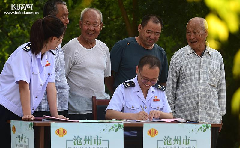 河北泊头:社保征缴政策变 税务人员进村服务忙