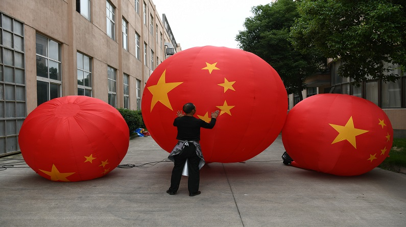 浙江嘉兴:国庆将临 国旗气模生意旺