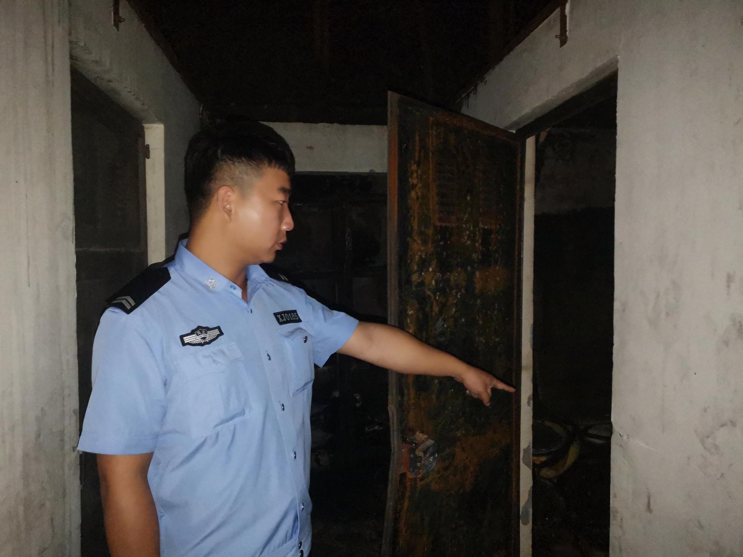加班回家遇火灾,保定辅警浓烟中爬楼拍门救人