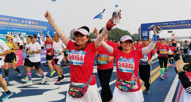 2019衡水湖国际马拉松赛暨全国马拉松锦标赛(衡水站)鸣枪开跑