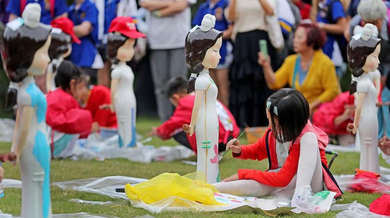 """杭州:小学生手绘旗袍 一笔一画绘出""""最美旗袍"""""""