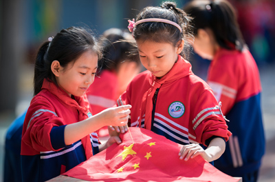 小学师生巧手绣国旗 深情颂祖国