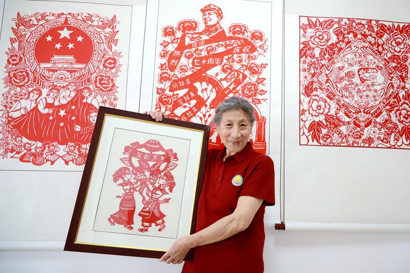 青島老人剪出70幅作品
