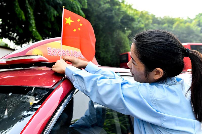 公交車出租車掛國旗迎國慶