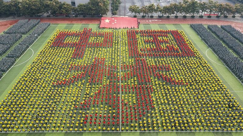 郑州:迎国庆 高校师生花式告白祖国