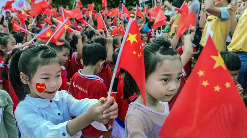 四川资阳:儿童发挥想像力 绘百米画卷献祖国