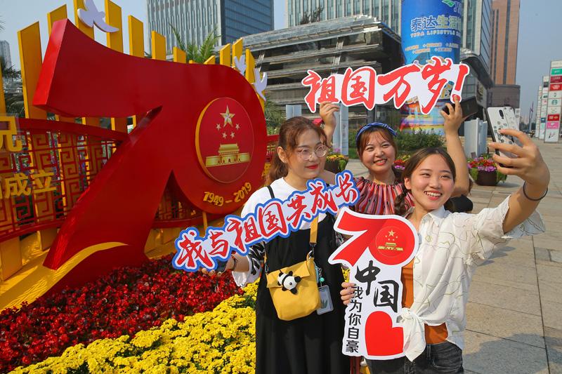 天津:街頭花團錦簇迎國慶 匠心花藝展新意