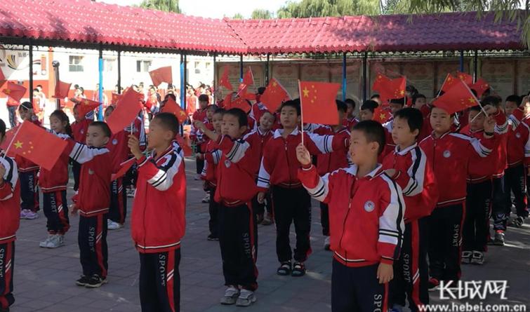 河北临城:金秋十月迎国庆 满怀深情读中国