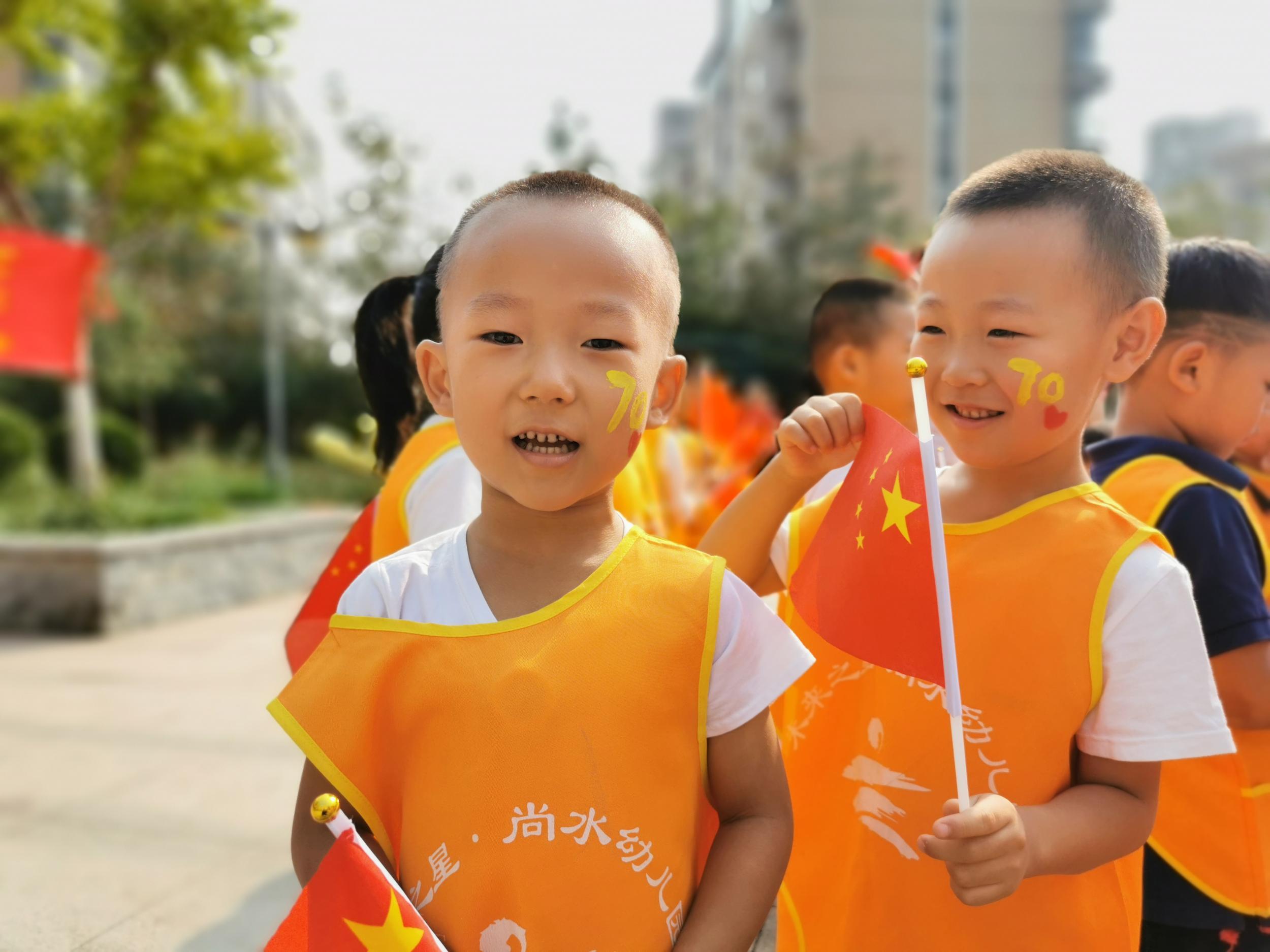 国旗飘飘 喜迎国庆 石家庄尚水幼儿园师生共同歌唱祖国